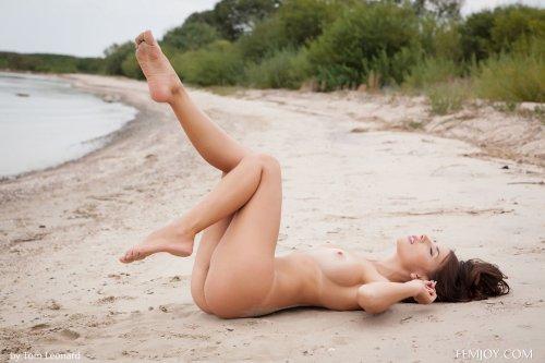 Обнаженная Niemira гуляет по пустынному пляжу