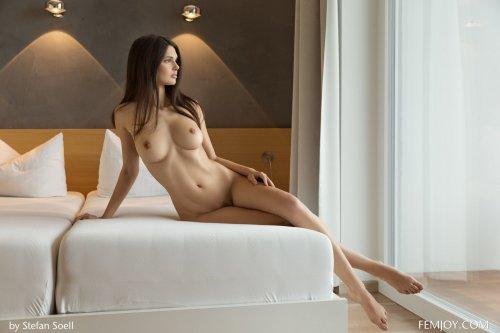 Jasmine Andreas позирует в шикарном номере