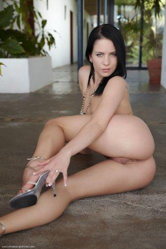Красавица Jessica Rox позирует голая