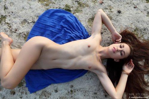 Demi Fray раздвигает ноги на заброшенном пляже