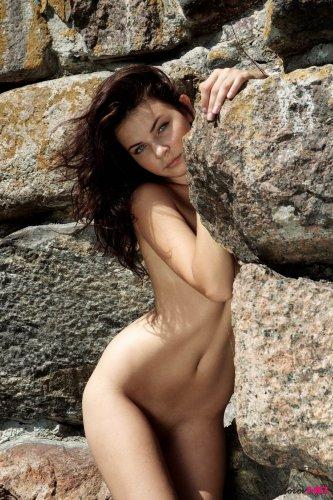 Дикая и голая кошечка Colette на природе