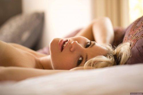 Ellery Corrin обнаженная на кровати