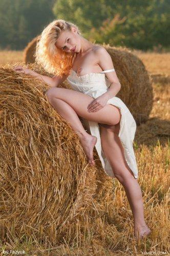 Голая Zarina на сеновале