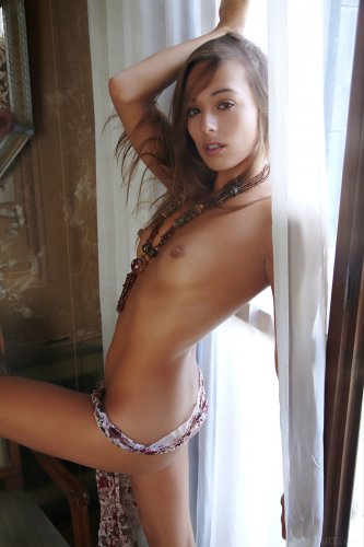 Брюнетка Dominika Chybova расставила ножки сидя на стуле