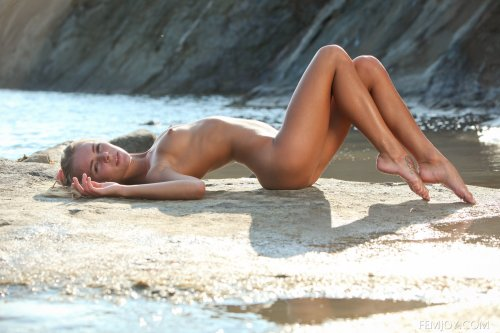 Karissa Diamond изгибается голая на фоне скал