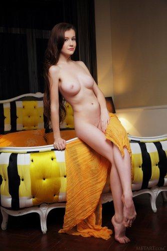 Голая Emily Bloom и желтое парео