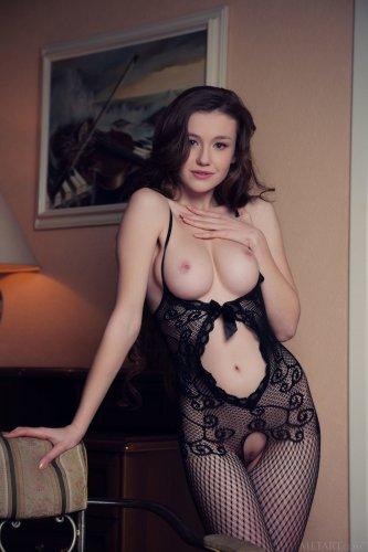 Emily Bloom в сексуальном боди-чулке