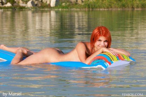 Violla плавает голышом на надувном матрасе