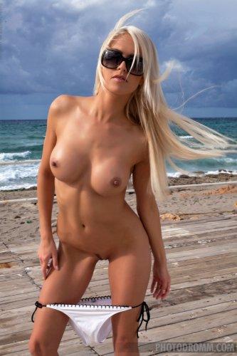 Блондинка Lena Love на пляже