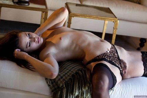 Georgia Jones снимает красивое нижнее бельё