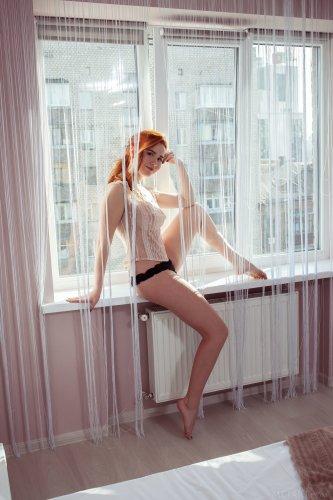 Отличная любовница Nicole La Cray сексуально позирует голая в спальне