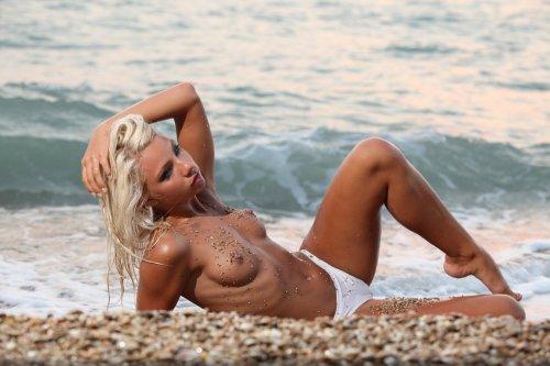 Голая Gertruda на песчаном берегу