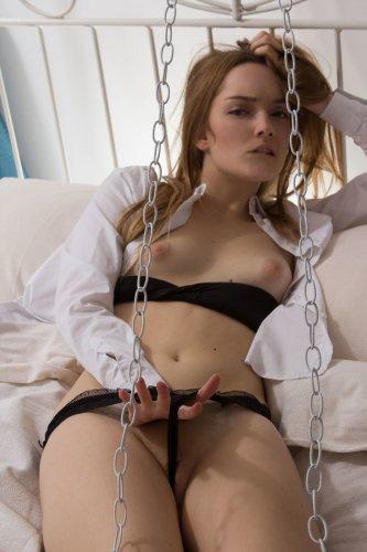 Margo привязана к кровати цепью