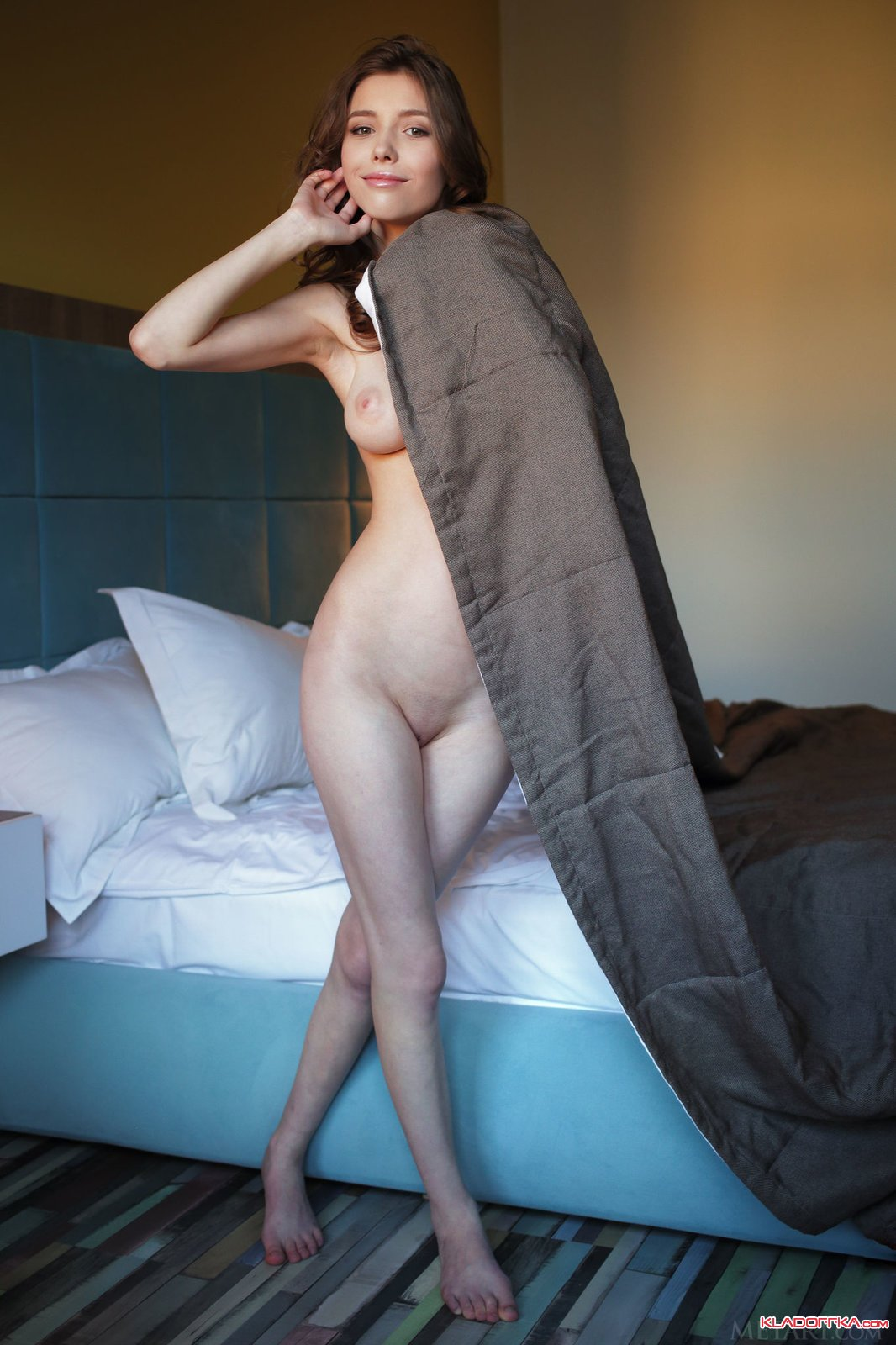 Сюзана в номере отеля